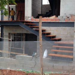 5 - escada suspensa e vazada com pranchas de madeira