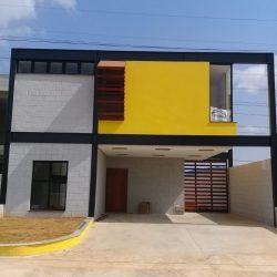 6 - FACHADA DE CASA COM AREA AMARELA APOIADA SOBRE VIGAS ISOLADAS