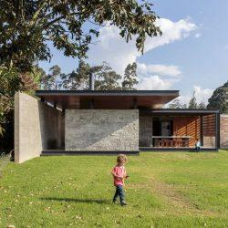 Casa com campo aberto em estrutura metalica