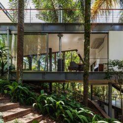 Casa com contato da natureza em estrutura metálica