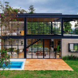 Casa com estrutura metálica com grande vão de ambiente