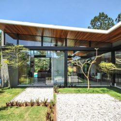 Casa com estrutura metálica com vidro no fechamento lateral