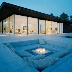 Casa com fechamento lateral em vidro em estrutura metálico