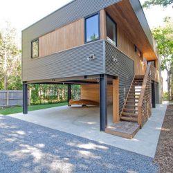 Casa com vaga de gararagem com estrutura metálica e madeira