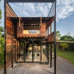 Casa compacta com estrutura metálica e madeira