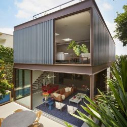 Casa minimalista com estrutura metálica com ambientes integrados