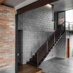 Casa minimalista com mescla de metálico e bloco concreto