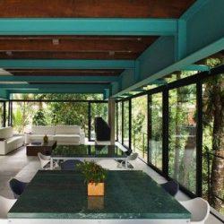 Casa na natureza com estrutura metálica