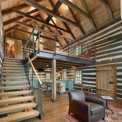 Casa rústica com mezanino metálico