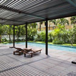 Cobertura de área piscina com pergolados metálicos