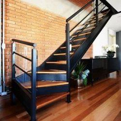 Escada metálica com acabamento madeira
