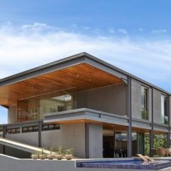 Grande construção residêncial com estrutura metálica