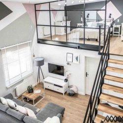 Mezanino metálico utilizado em uma casa minimalista