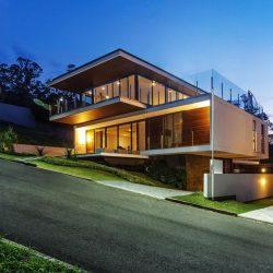 Residência alto padrão com acabamento madeira