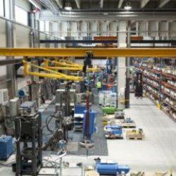 Utilização de ponte rolante em indústria