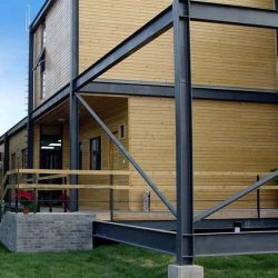 Casa com estrutura metálica e vedeção em madeira